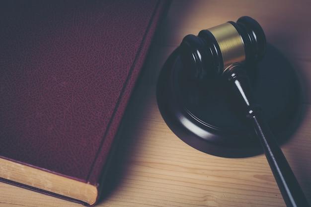 Primo piano del giudice hummer su sfondo di legno.