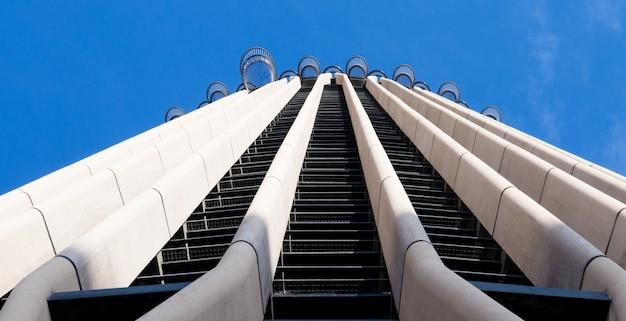 Primo piano del grattacielo torre europa tra i primi 10 edifici più alti di madrid, in spagna