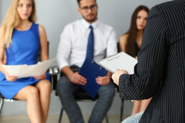 Primo piano del leader del gruppo che parla con la sua squadra