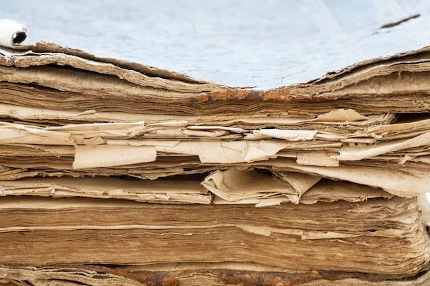 Primo piano del libro antico. messa a fuoco selettiva
