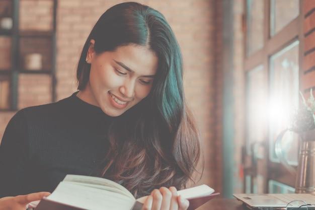 Primo piano del libro di lettura donna asia nel tempo libero con felice.