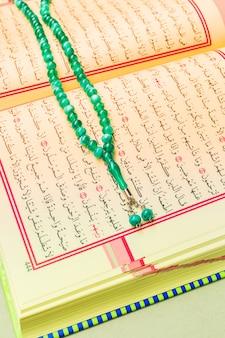 Primo piano del libro islamico sacro corano
