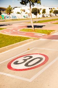 Primo piano del limite di velocità sulla corsia della bicicletta nel parco