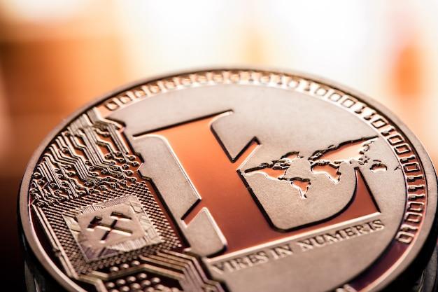 Primo piano del litecoin della moneta su un bello fondo. criptovaluta digitale e sistema di pagamento.
