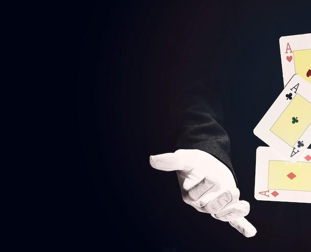 Primo piano del mago che fa trucco con le carte da gioco