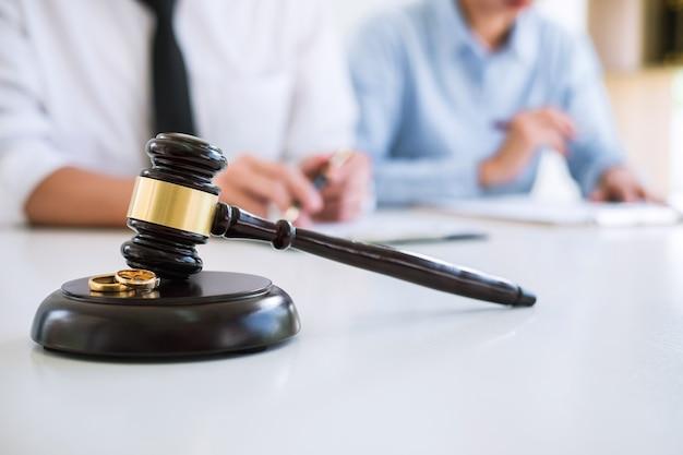 Primo piano del martelletto del giudice
