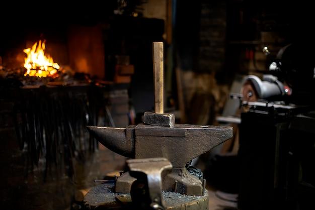 Primo piano del martello alla fucina del fabbro