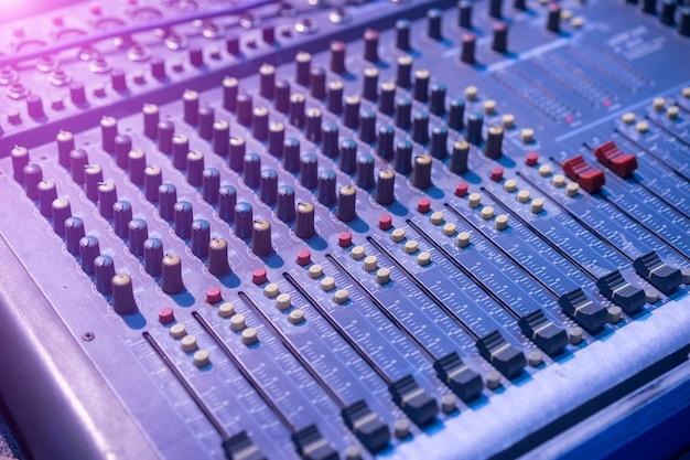 Primo piano del mixer di musica