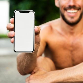 Primo piano del modello del telefono della tenuta dell'uomo