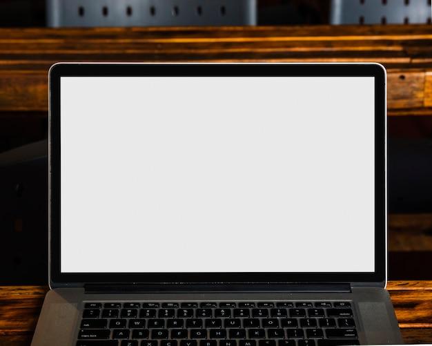 Primo piano del moderno computer portatile con schermo bianco bianco