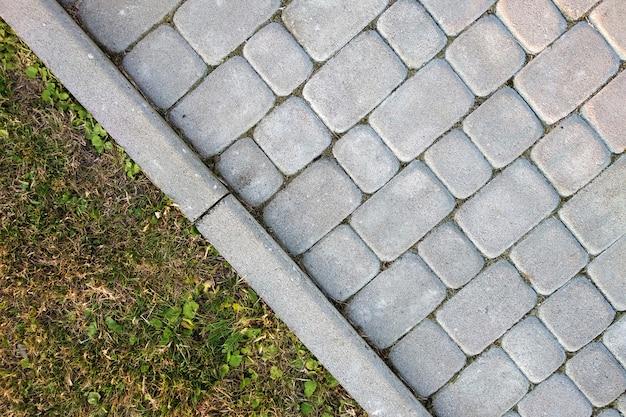 Primo piano del modo del percorso pavimentato pietra della lastra