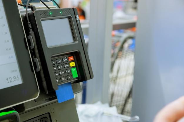 Primo piano del momento del pagamento con carta di credito in un lettore in negozio