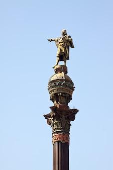Primo piano del monumento di colombo