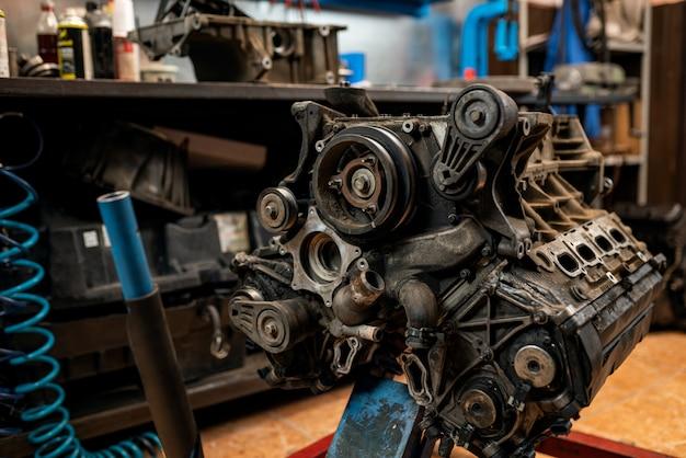 Primo piano del motore. sostituzione e riparazione di motori automobilistici