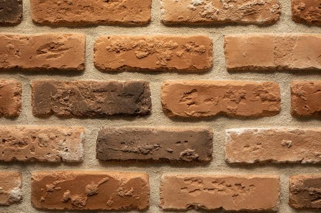 Primo piano del muro di mattoni infornato marrone e beige