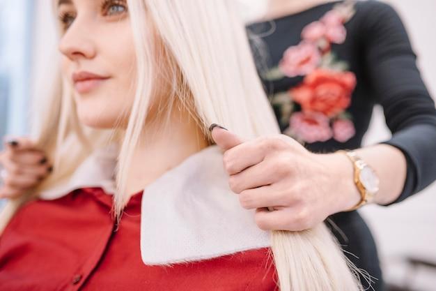 Primo piano del parrucchiere che lavora con la ragazza