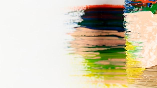 Primo piano del pennello con vernice mista