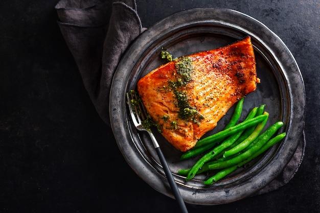 Primo piano del pesce di color salmone al forno con i fagiolini
