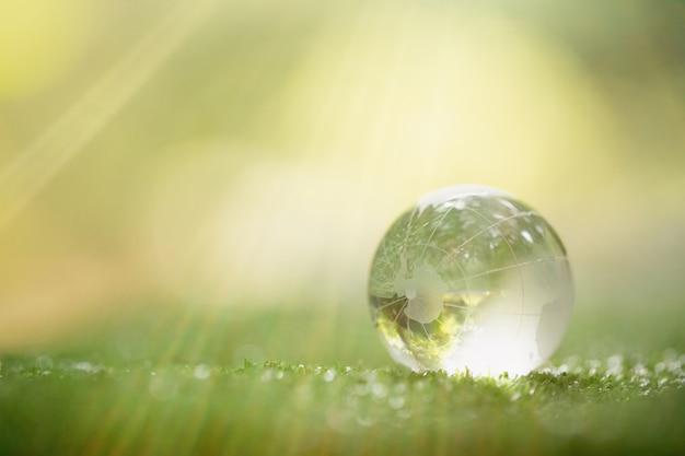 Primo piano del pianeta verde nelle tue mani. salva la terra.