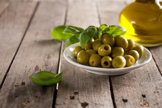Primo piano del piatto con le olive sulla superficie in legno