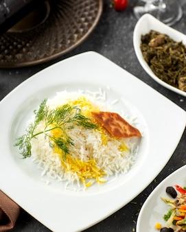 Primo piano del piatto di riso azero servito con safran e focaccia croccante