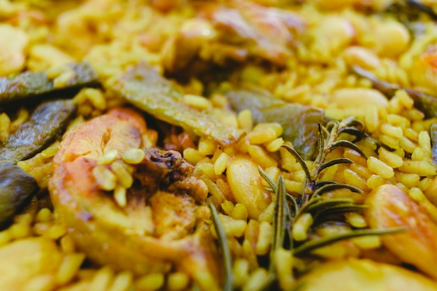 Primo piano del piatto mediterraneo tradizionale della paella valenciana