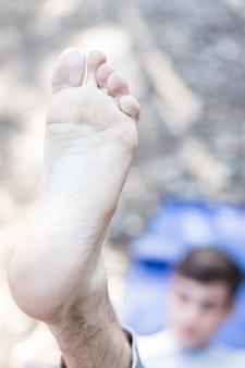 Primo piano del piede del ragazzo che si estende
