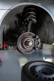 Primo piano del pneumatico dell'automobile e del disco pausa