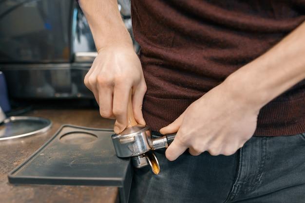 Primo piano del processo di fabbricazione del caffè