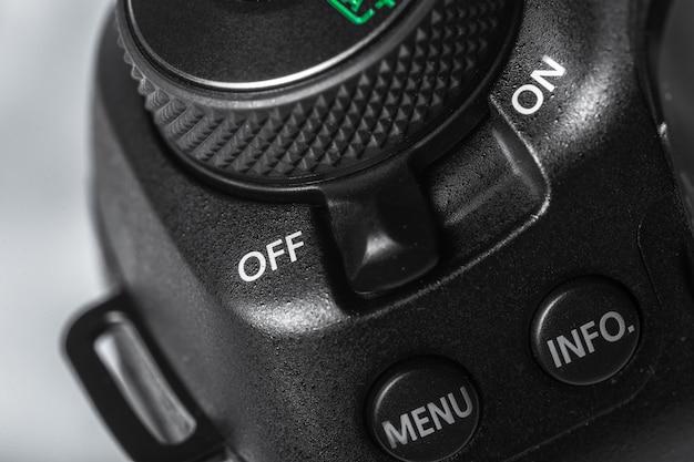Primo piano del pulsante della fotocamera digitale