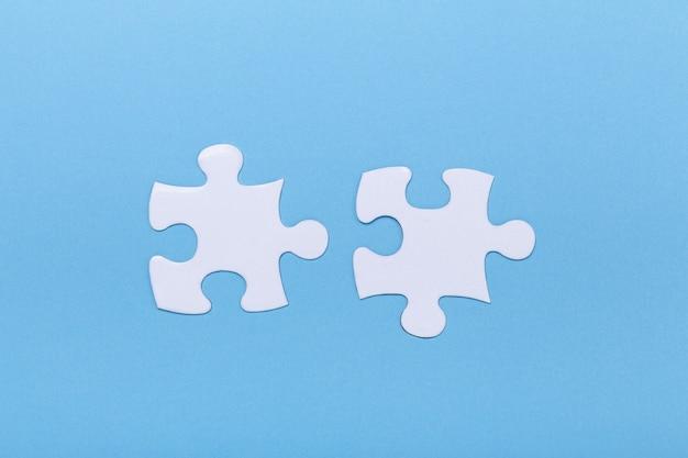 Primo piano del puzzle sul pezzo mancante del puzzle blu