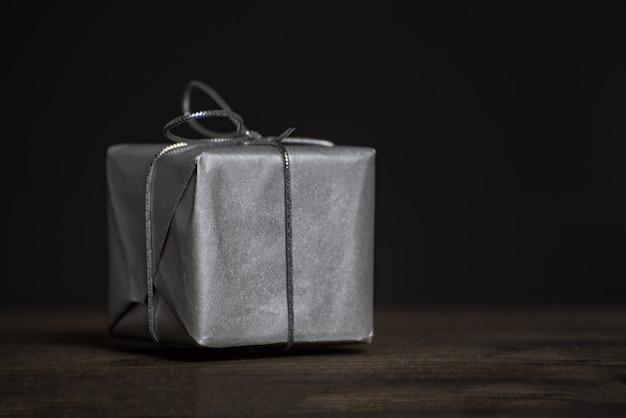 Primo piano del regalo regalo per uomo in vista frontale scura.