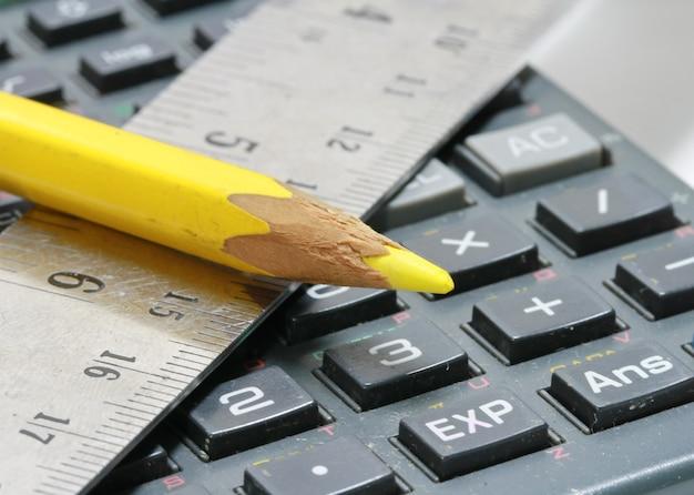 Primo piano del righello, calcolatrice e matita