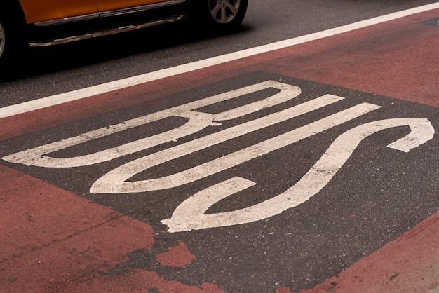 Primo piano del segnale stradale del bus