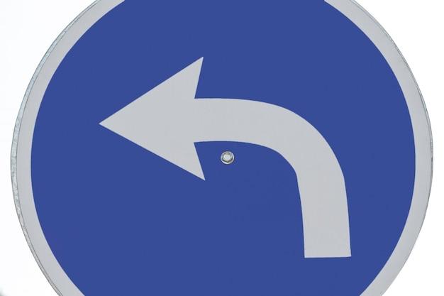 Primo piano del segno della freccia di giro di traffico
