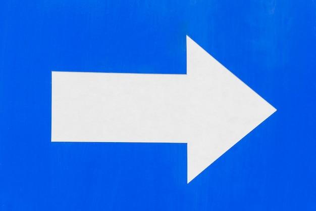 Primo piano del segno della freccia di traffico
