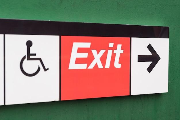 Primo piano del segno di uscita