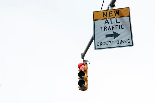 Primo piano del semaforo e della segnaletica