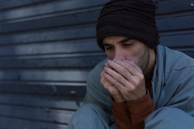 Primo piano del senzatetto freddo