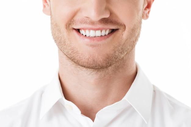 Primo piano del sorriso a trentadue denti dell'uomo felice