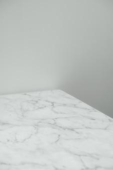 Primo piano del tavolo di marmo