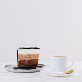 Primo piano del tè; deliziosa pasticceria con barretta di cioccolato per colazione