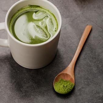 Primo piano del tè di matcha in tazza con il cucchiaio