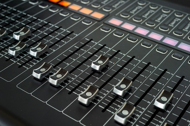 Primo piano del tecnico del suono in studio di registrazione