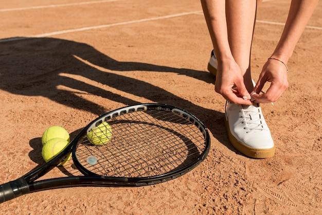 Primo piano del tennista con attrezzature sportive