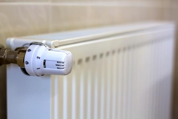 Primo piano del termostato della manopola della valvola del radiatore di riscaldamento