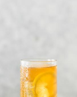 Primo piano del vetro riempito bevanda del limone