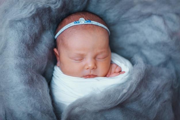Primo piano del viso del neonato: occhi, naso, labbra. concetto di infanzia, assistenza sanitaria, fecondazione in vitro, igiene, orl
