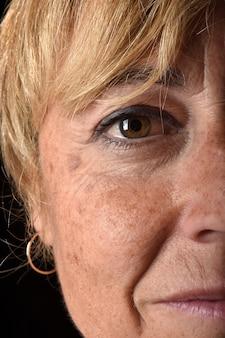 Primo piano del viso di donna di mezza età