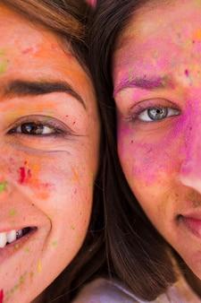 Primo piano del viso femminile con polvere di holi
